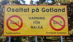 Du har väl aldrig sett en bil eller en väg, Gunnar Malm. Du sitter väl bara och fiser på din Trafikverksrumpa utan att veta ett skit om vad som gagnar det svenska folket. Om det är så förträffligt med vägsalt, varför då diskriminera dem på Gotland som inte får vägsalt. Varför hotar och kränker du oss som arbetar, Malm?